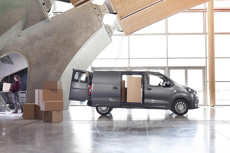 Toyota Proace Van'da yan kayar kapılan.
