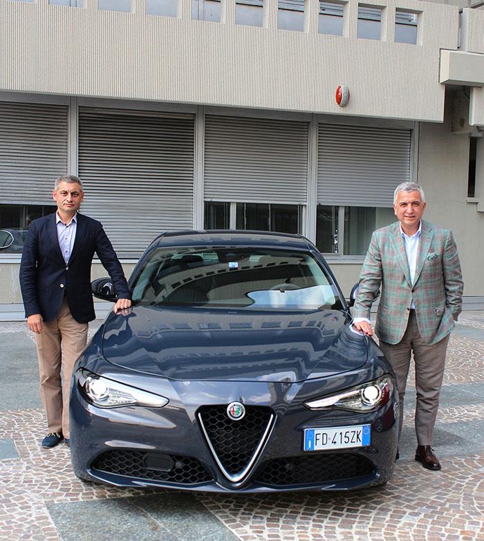 TOFAŞ CEO'su Cengiz Eroldu, Alfa Romeo-Jeep Türkiye Direktörü Türker Gerberi ile Gluia lansmanına katıldı