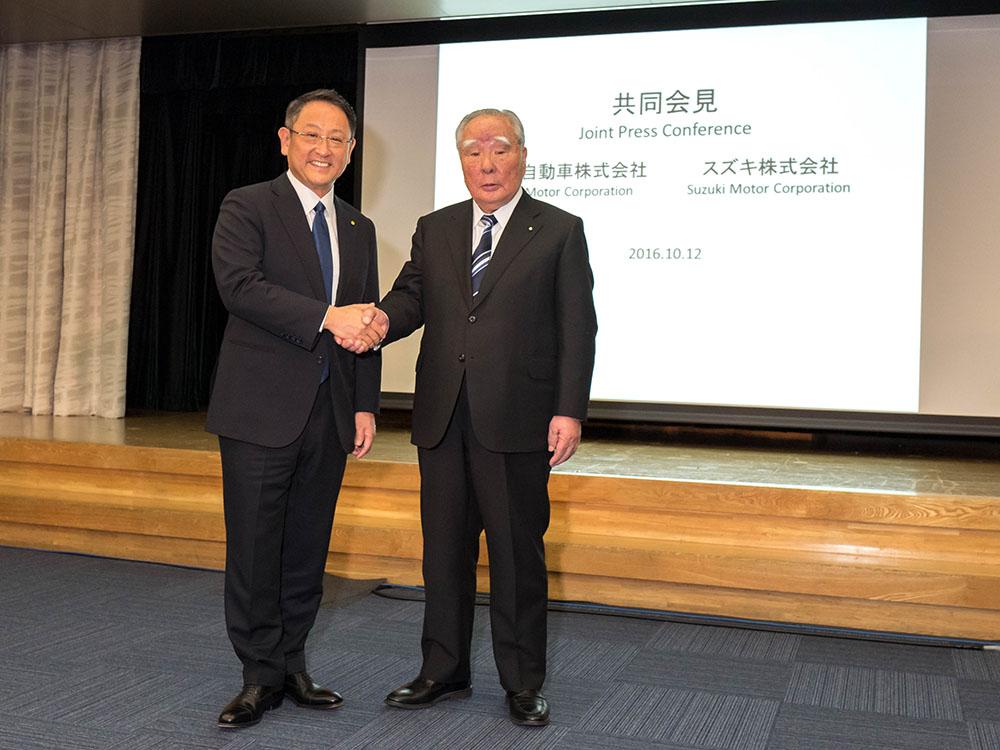 Tarihi tokalaşma. Akio Toyoda ve Osamu Suzuki el sıkıştılar.
